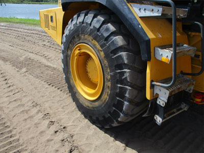 Detail photo of 2003 John Deere 250D from Construction Equipment Guide
